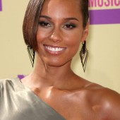 Alicia Keys- Nude Lip, Light smokey eye