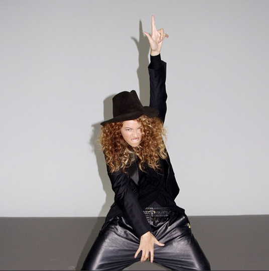 02-Beyonce-en-noir-sweatpa