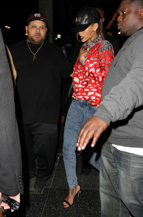 rihanna-my-nightclub-hollywood-oatw-collier-de-chien-cap-manolo-blahnik-chaos-sandals