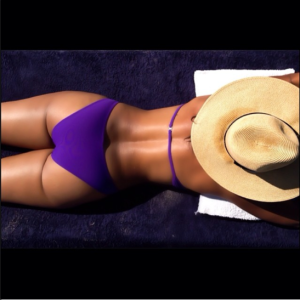 Guess which 'Girlfriends' star showed off her bikini body in Italy?